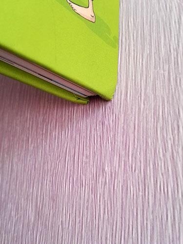 Kindergrößen Bestimmung – Schritt 3: Markieren der Kante an der das Buch mit der Wand abschließt