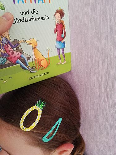 Kindergrößen Bestimmung – Schritt 2: Buch an der Wand nach unten führen, bis es auf dem Kopf aufliegt