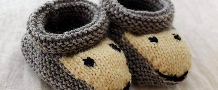 Schuhgrößen Baby: Süße Baby-Hausschuhe runden das Outfit ab und halten Baby's Füße schön warm