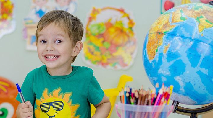 Der Junge hat sichtbar Spaß am malen. Er braucht sich keine Gedanken über internationale Kindergrößen zu machen.