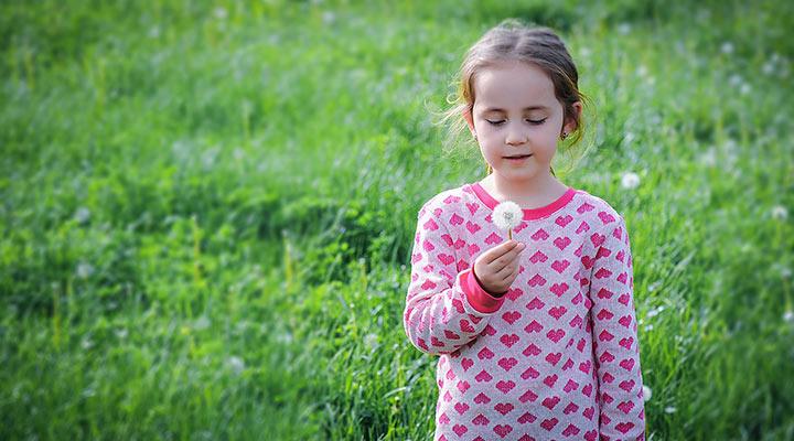 Welcher Größe entspricht die Kindergröße M? Über diese Frage brauch sich das Mädchen zum Glück noch keine Sorgen machen. Sie kann vergnügt auf der grünen Wiese herumlaufen und mit ihrer Pusteblume spielen